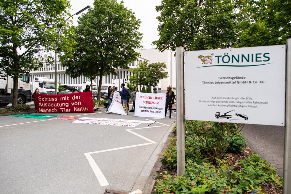 """Aktivisten vom """"Bündnis Gemeinsam gegen die Tierindustrie"""" besetzten am 4. Juli die Einfahrt der Firma Tönnies in Rheda-Wiedenbrück."""