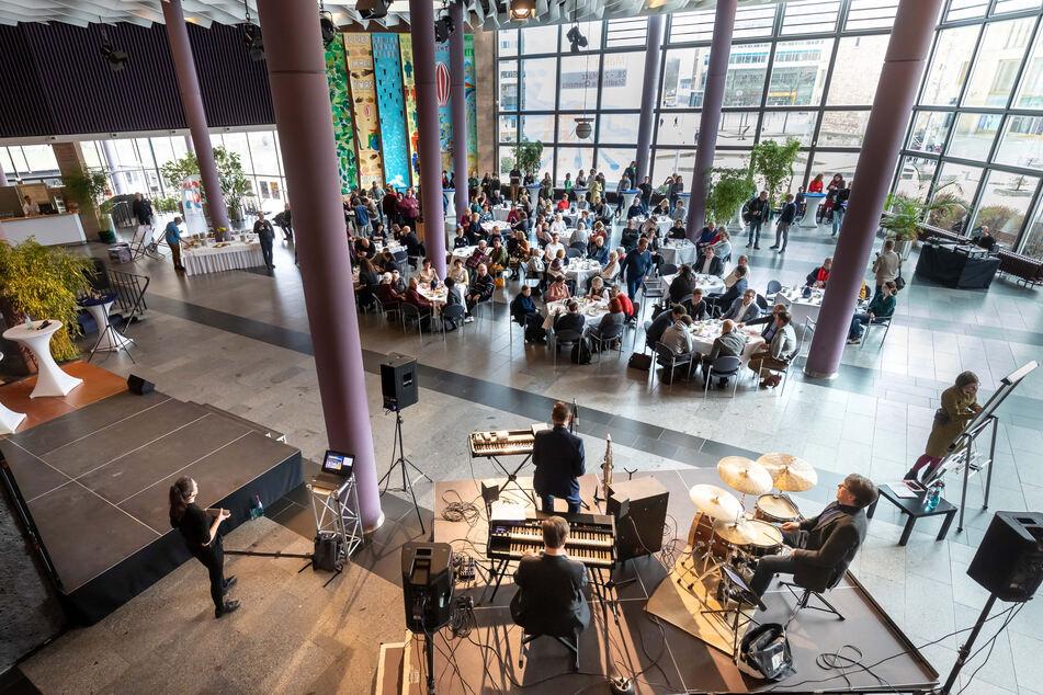 Das Kulturcafé im Foyer der Stadthalle war sehr gut besucht, viele Bürger informierten sich über kommende Events in Chemnitz.