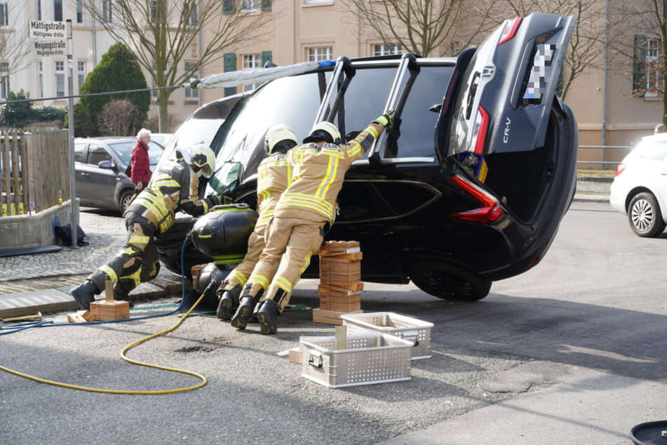 Mit vereinten Kräften gelang es den Feuerwehrmännern, den Honda wieder auf die Räder zu bringen.