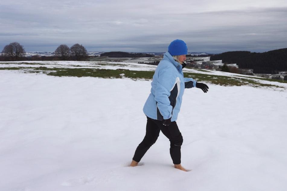 So ein Barfuß-Gang durch den Schnee, wie Ida-Anna Braun es hier vormacht, stärkt das Immunsystem.