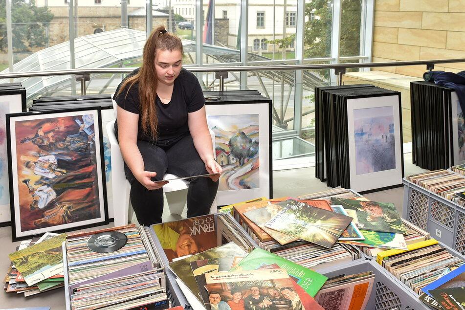 Hotelmitarbeiterin Sina Taleiser (21) schaut die bereits abgegebenen Schallplatten durch.