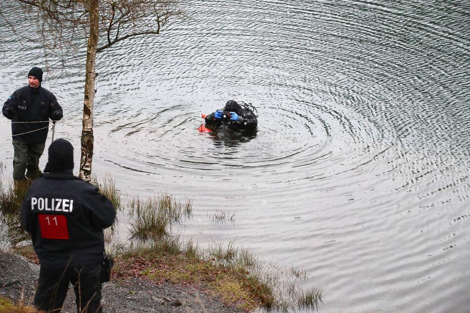 Taucher suchen einen See ab. (Archivbild)