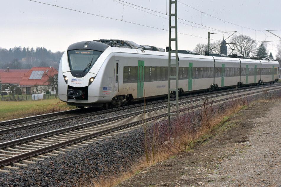 Schock im Zug: Plötzlich knallt es, dann wird die Notbremse gezogen