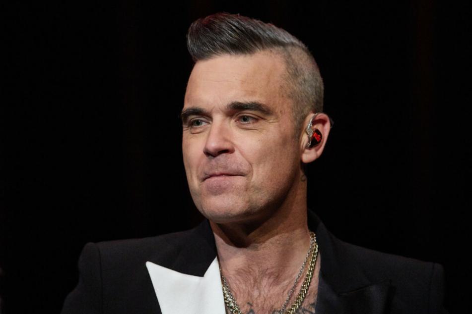 Robbie Williams (46) steht 2019 auf der Bühne im Kehrwieder Theater und gibt ein Fan-Konzert. Der Pop-Titan plant, eine Galerie in Berlin zu eröffnen, die am Abend als Club genutzt werden soll.