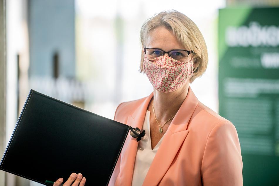 Anja Karliczek (CDU), Bundesministerin für Bildung und Forschung, kommt mit Maske zu einer Pressekonferenz zum einem Aktivierungsprogramm mit dem massiv in Forschung, Bildung und Innovation investiert werden soll.
