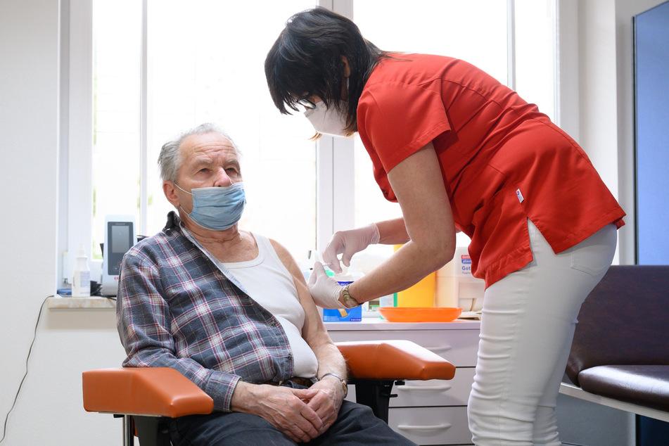 Rentner Wolfgang Thomas ist einer der ersten Sachsen, die beim Hausarzt gegen Corona geimpft wurden.