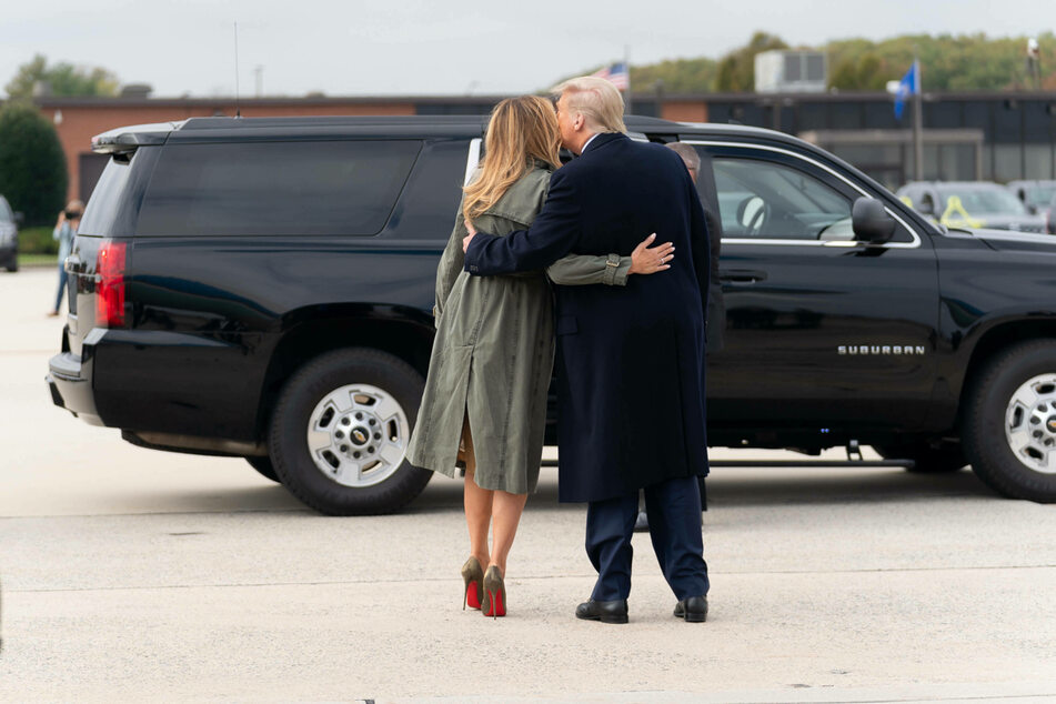 Outgoing president Donald Trump (r.) escorting his wife Melania to the presidential motorcade.