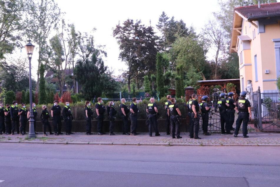 Polizisten stehen vor der Remmo-Villa im Stadtteil Rudow im Bezirk Neukölln.