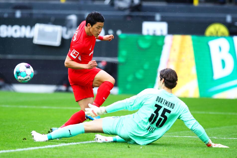 RB-Stürmer Hee-Chan Hwang (l.) scheiterte mit der ersten Chance des Spiels an BVB-Keeper Marwin Hitz.
