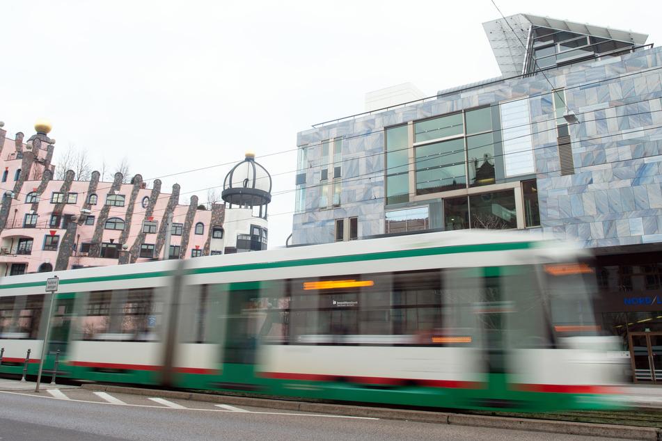 In einer Magdeburger Straßenbahn hat ein junger Mann eine Seniorin bespuckt. (Symbolbild)