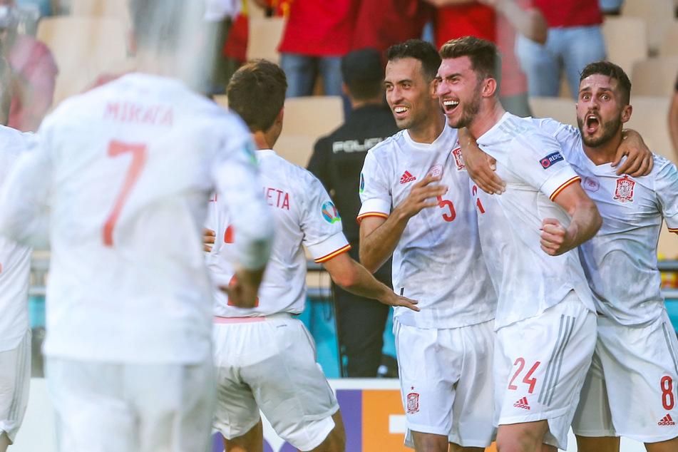 Großer Jubel bei der spanischen Nationalmannschaft: Durch einen deutlichen Sieg gegen die Slowakei erreichte die Seleccion das Achtelfinale der Europameisterschaft.