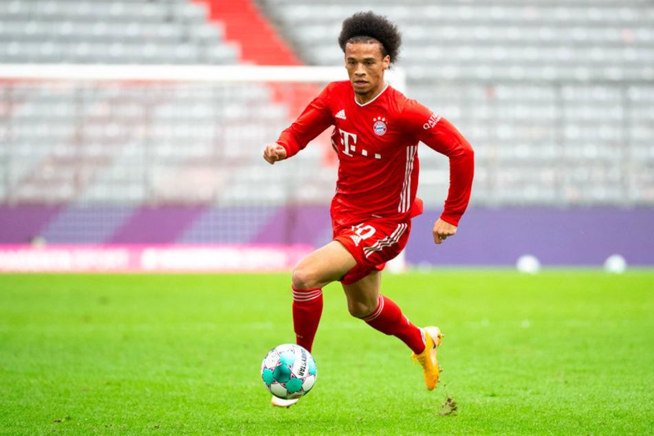 Leroy Sané (24) vom FC Bayern München spielt den Ball.