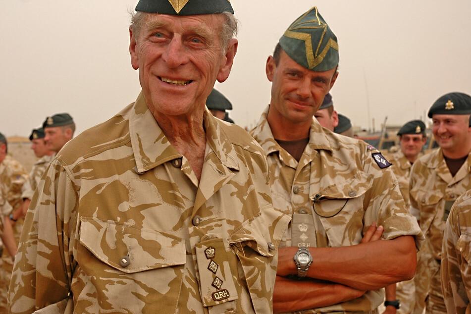 Prinz Philip neben britischen Truppen bei einem Überraschungsbesuch im Irak im Jahr 2006. (Archivbild)