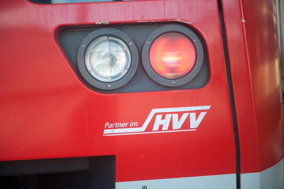 Eine rote Rückleuchte strahlt an einem Wagen der Hamburger S-Bahn.