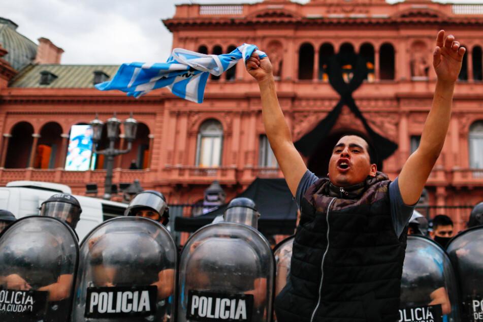 Vor Totenwache für Maradona: Fans und Polizei liefern sich gewalttätige Auseinandersetzungen!