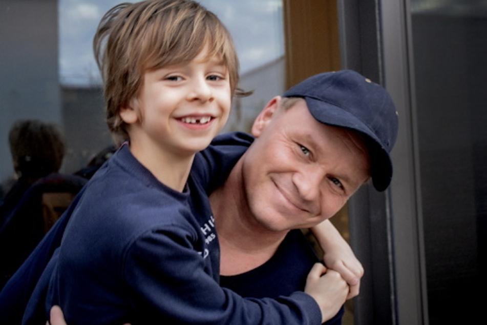 """""""Gevekom""""-Geschäftsführer Roman Molch (43) mit Sohn Taylor (8) will der Förderschule mit seiner Firma eine neue Schaukel sponsern."""