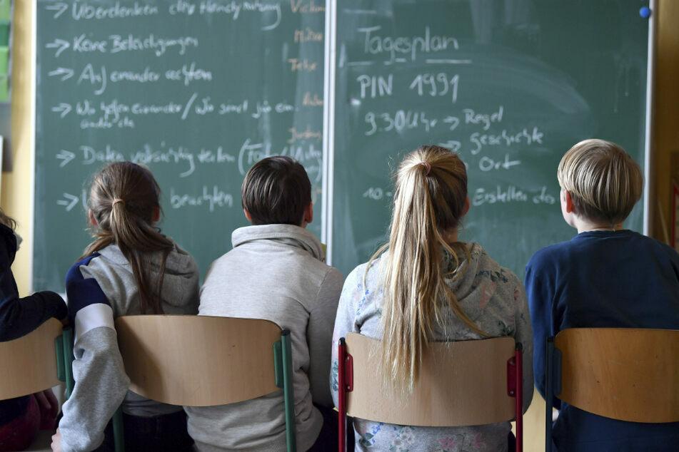 An Realschulen, Gymnasien und Wirtschaftsschulen werden in diesem Schuljahr keine Schulaufgaben mehr geschrieben. (Symbolbild)