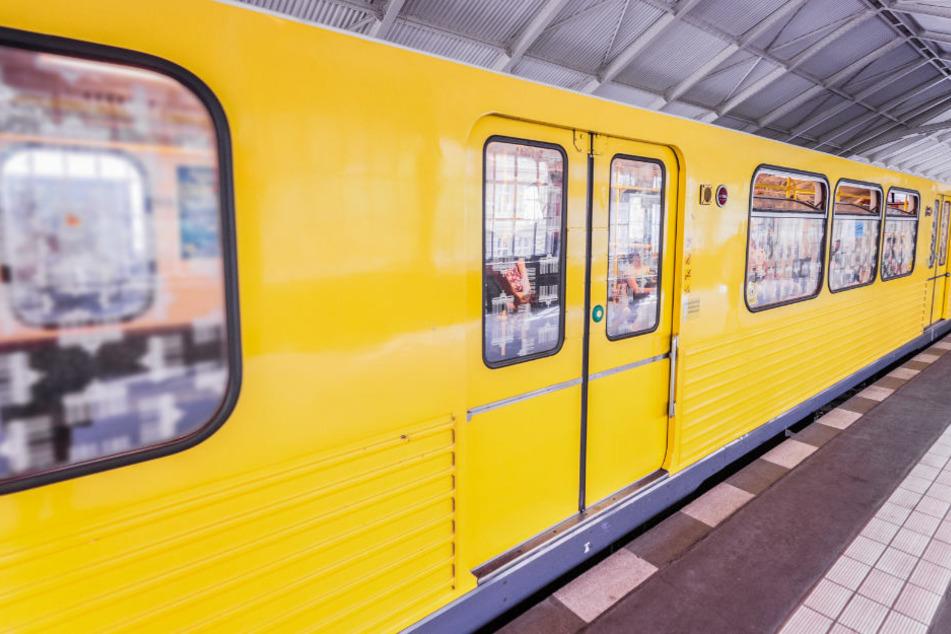 Mitten in der Berliner U-Bahn hat am Freitagnachmittag ein unbekannter Mann ein Messer gezückt, nachdem er von anderen Fahrgästen zum Tragen einer Maske aufgefordert wurde. (Symbolfoto)
