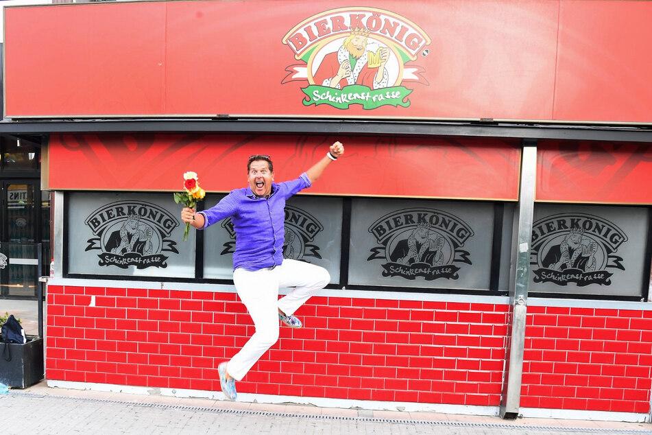 Peter Wackel springt vor dem geschlossenen Bierkönig. Mit einem Blumenstrauß hat er die ersten Mallorca-Gäste persönlich begrüßt.