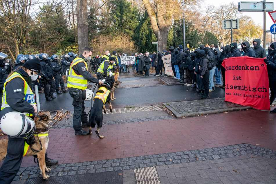 """Gegendemonstranten zur """"Querdenker""""-Demo stehen Polizisten gegenüber."""