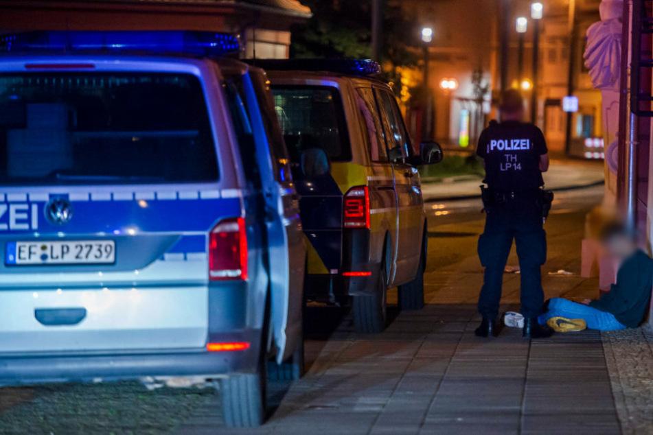 Vor der Staatskanzlei in der Erfurter Innenstadt hatten sich am Samstag zwei Gruppierungen eine Schlägerei geliefert.