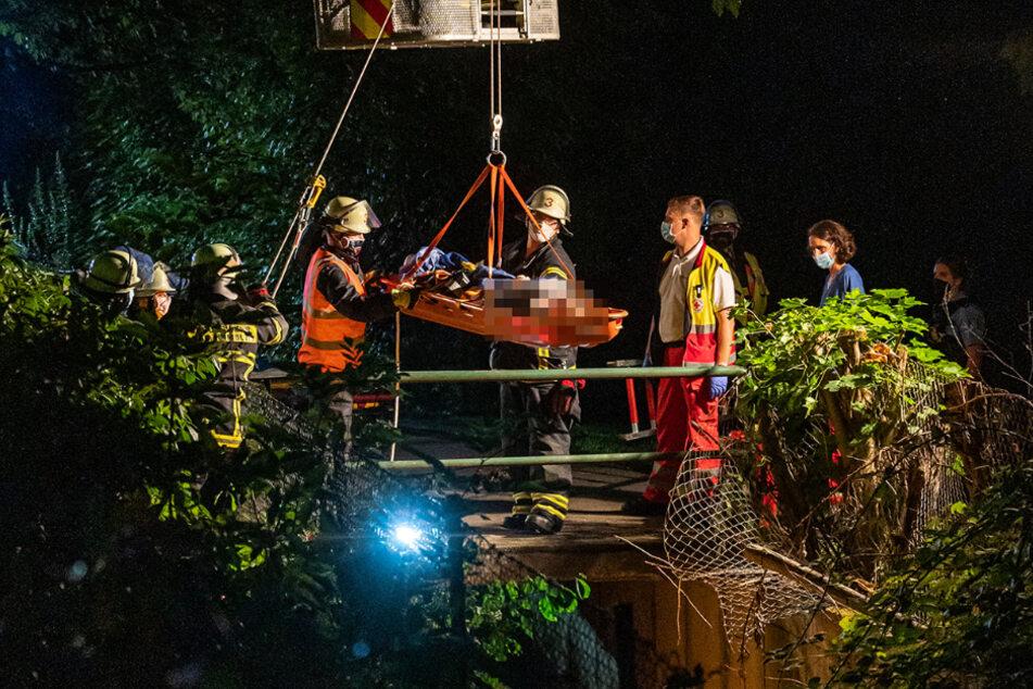 Nach einer Erstversorgung durch den alarmierten Rettungsdienst wurde sie von der Feuerwehr mit einer Schleifkorb-Trage über die Drehleiter aus der Tiefe gerettet.
