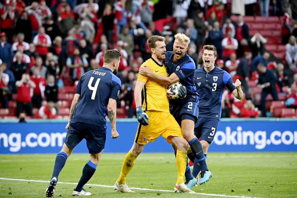 Keeper Lukas Hradecky (2.v.r.) war mit einem gehaltenen Elfmeter und zahlreichen weiteren Paraden einer der Matchwinner für Finnland.