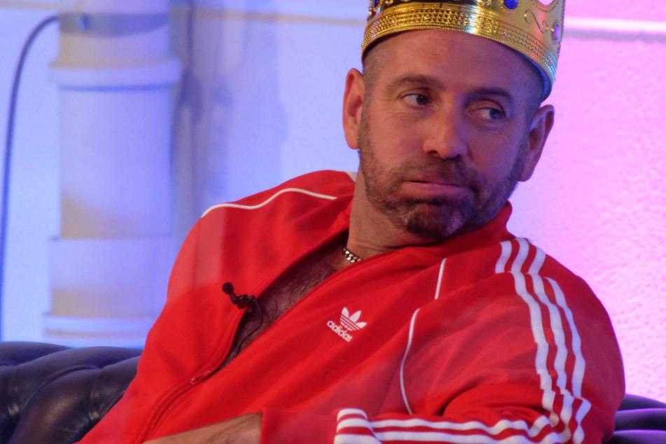 """Der Finalist Ikke Hüftgold sitzt bei der Show """"Promi Big Brother 2020"""" im Studio."""