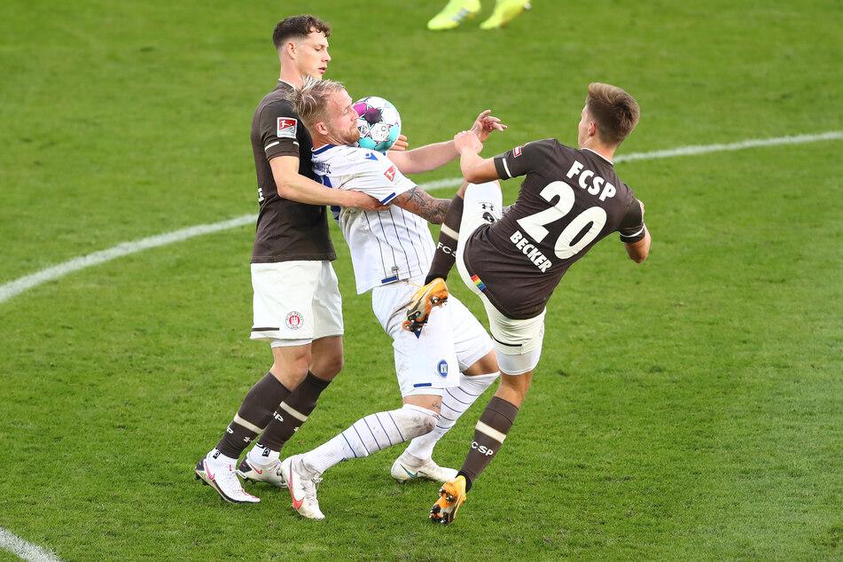 Die Spieler des FC St. Pauli hatten mit der aggressiven Zweikampfführung des Karlsruher SC ihre Probleme.