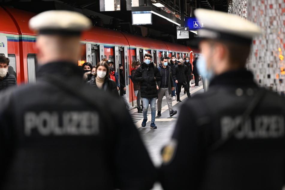 Schrecksekunde am 1. Weihnachtsfeiertag: Mann (36) bedroht S-Bahn-Passagiere mit scharfem Revolver