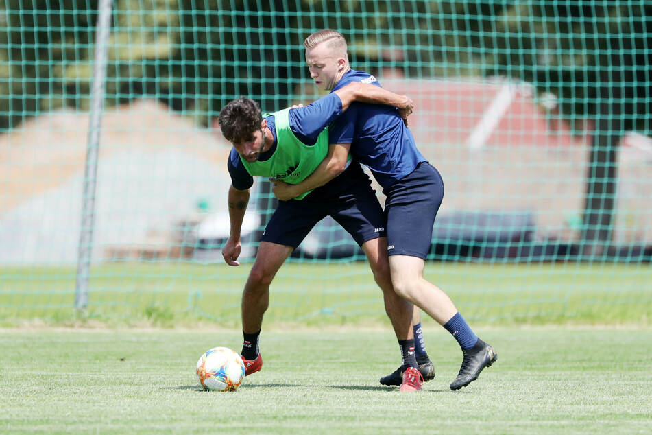 Ein Foto aus dem Sommer: Aber das gilt auch jetzt wieder. Zumindest darf Niklas Hoheneder (l, gegen Stanley Keller) wieder mit seinem Team trainieren.