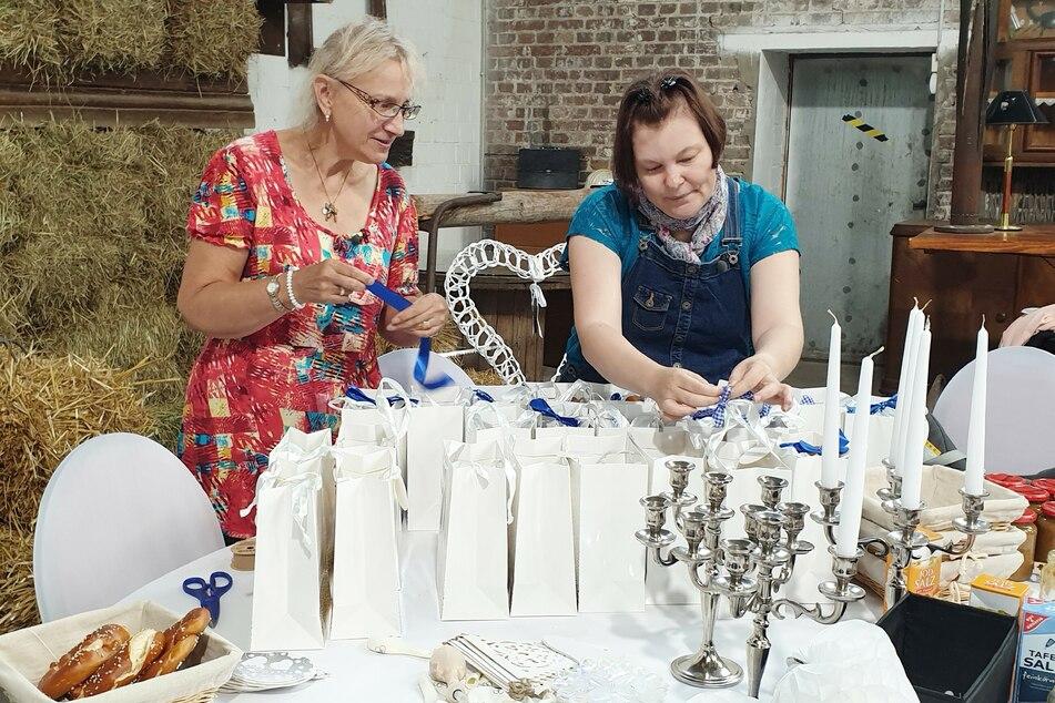Sigrid (66, l.) half Schwiegertochter Anke bei der Dekoration der alten Zechen-Maschinenhalle.
