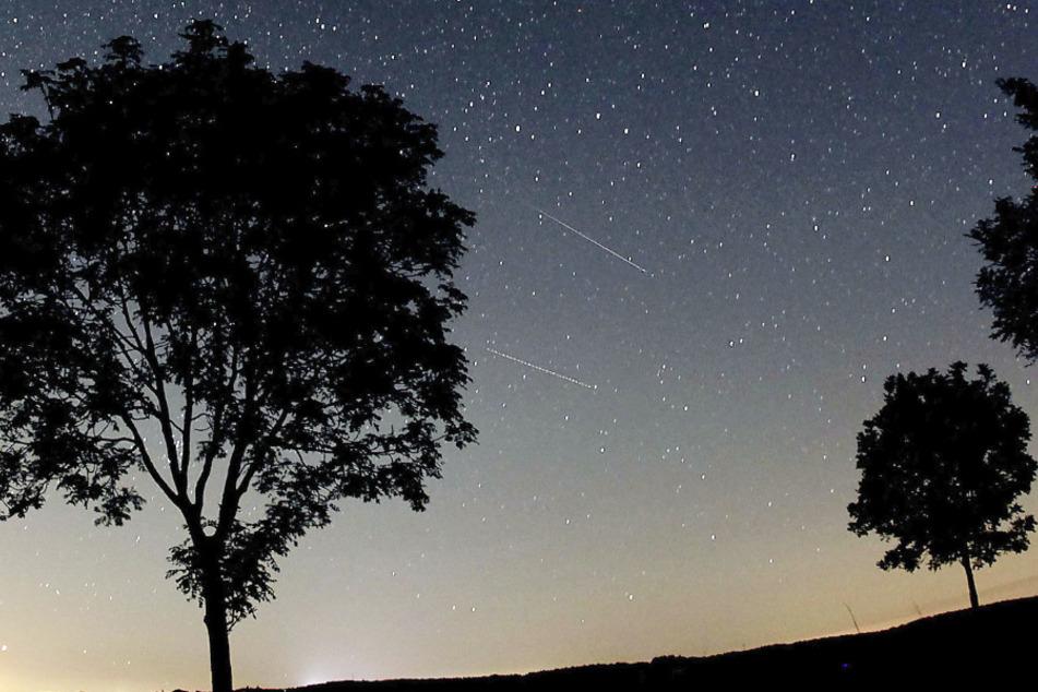 Nordrhein-Westfalen, Nettersheim: Sternschnuppen der Perseiden (Bildmitte) sind am in der Nähe von Nettersheim in der Eifel am Nachthimmel zu sehen.