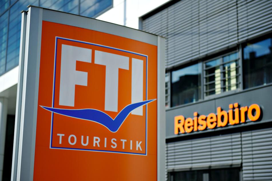 Das Logo des Reiseveranstalters FTI-Touristik ist zu sehen.