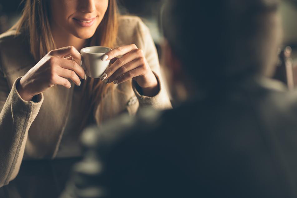 Auf ein Date im Cafe treffen, fällt für Singles derzeit leider flach.