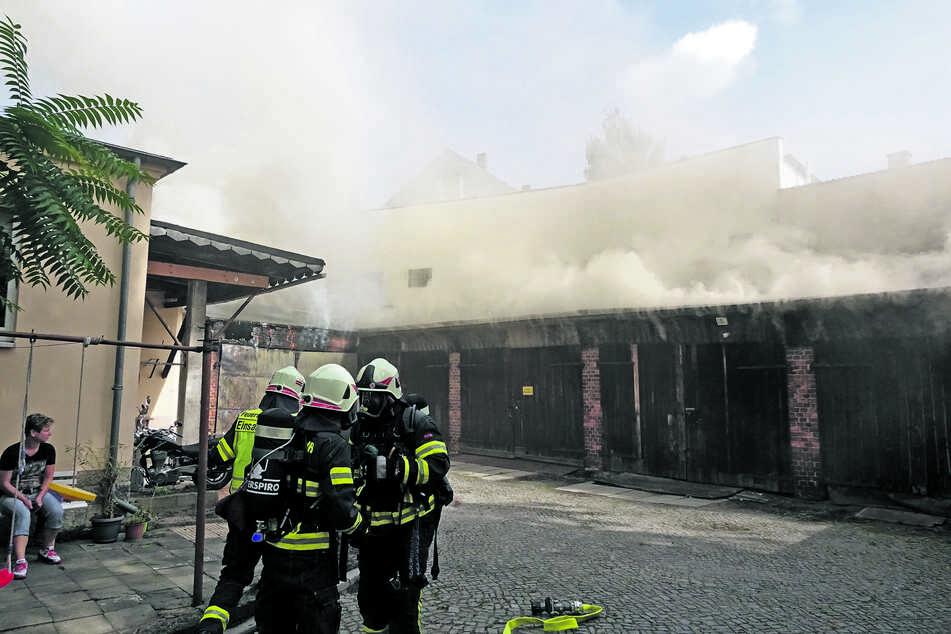 Im dichten Rauch kämpfte die Feuerwehr um das angrenzende Wohnhaus.