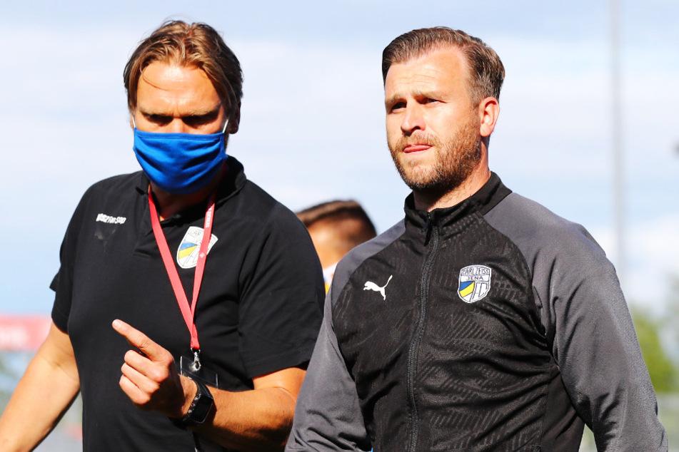 Interimstrainer Kenny Verhoene (l.) und Teamchef Rene Klingbeil müssen nach dem feststehenden Abstieg nun den Neuaufbau vorantreiben. (Archivbild)