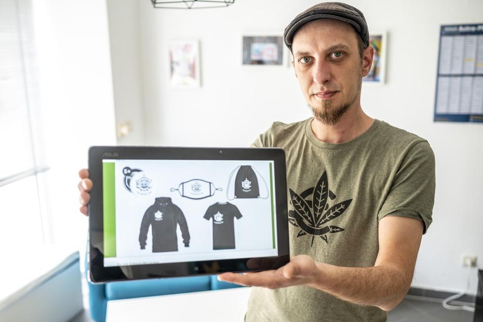 """Christian Neubauer (32), Mitinitiator von """"Kauft das Hanf frei!"""", hat mittlerweile jede Menge Fan-Artikel zur Bewegung im Angebot."""