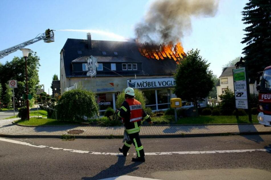 Feuerdrama! Möbelhaus steht in Flammen
