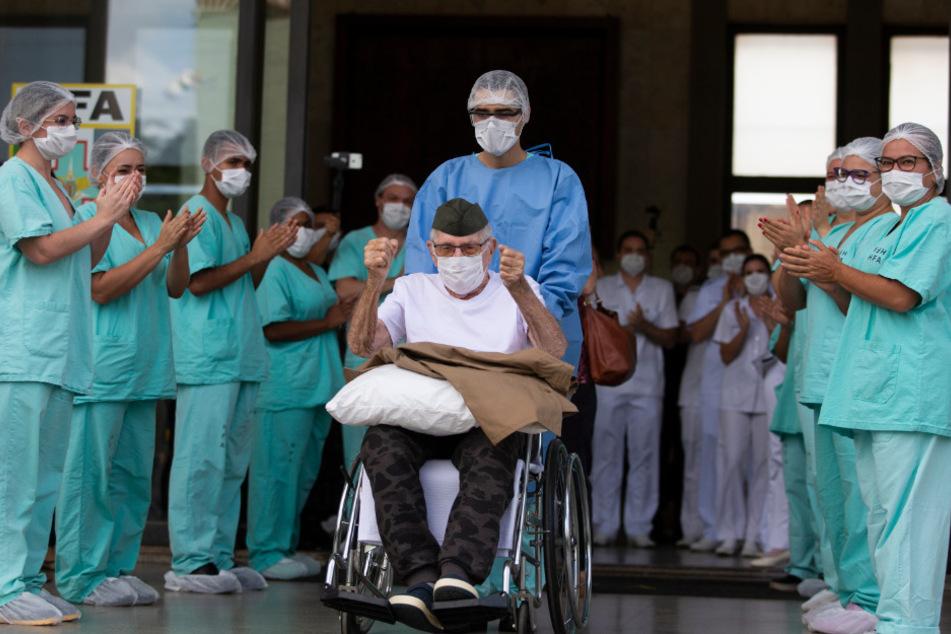 Ermando Armelindo Piveta, ein 99-jähriger Kriegsveteran, wird aus dem Armeekrankenhaus entlassen.