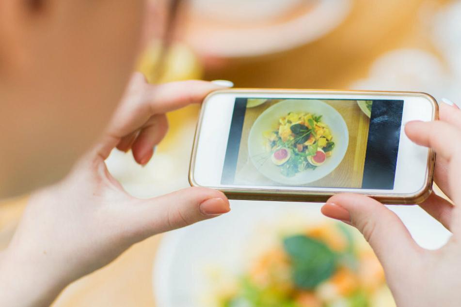 Essen da und Handy raus: Influencer können mit ihren Schnappschüssen gut Geld verdienen.