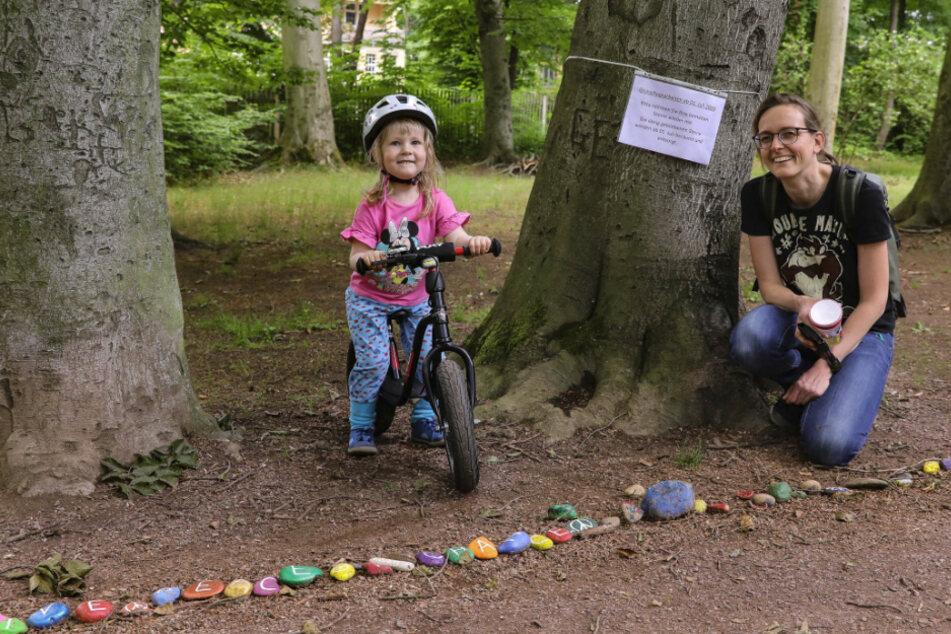 Karen Oster (42) und Tochter Freya (2) finden es schade, dass die Steine weg müssen.