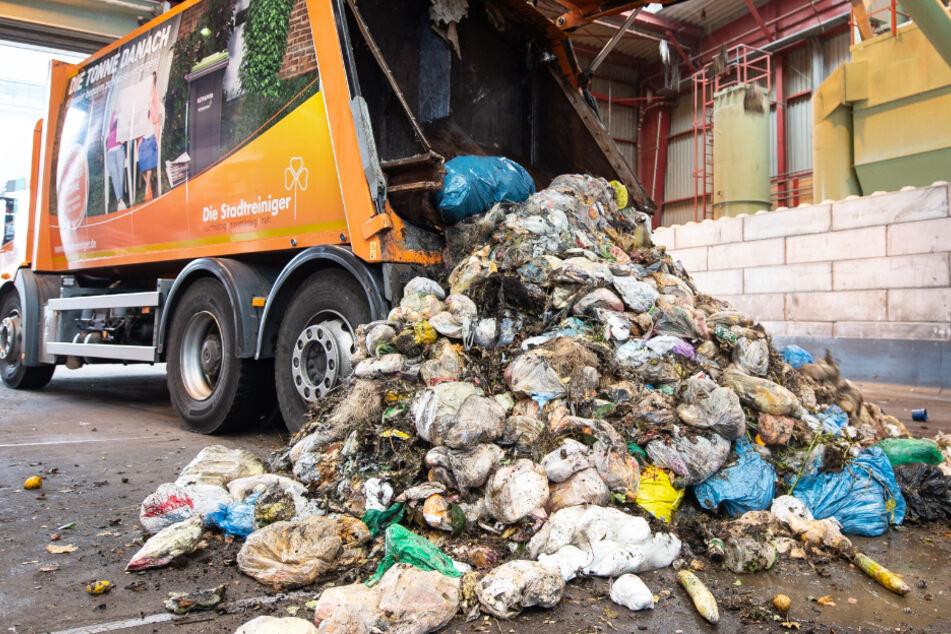 Abfall fängt in Müllauto Feuer: Da hat Fahrer eine ungewöhnliche Idee