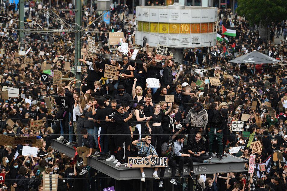 Teilnehmer einer Kundgebung protestieren auf dem Alexanderplatz gegen Rassismus und Polizeigewalt.