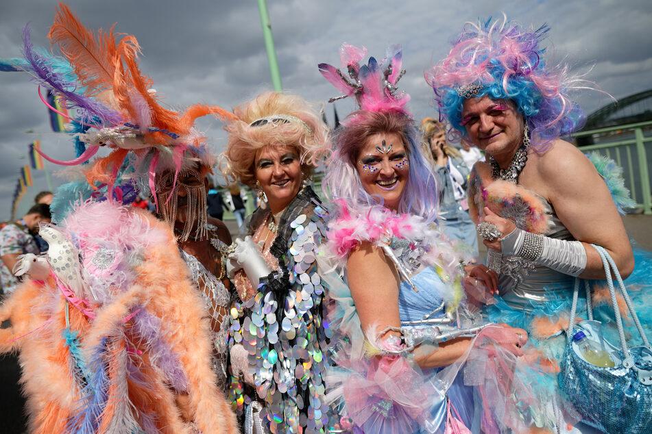 Der Kölner CSD setzt jedes Jahr Zeichen für die Rechte von Schwulen und Lesben. Viele Teilnehmer drücken sich extravaganter Kleidung aus.
