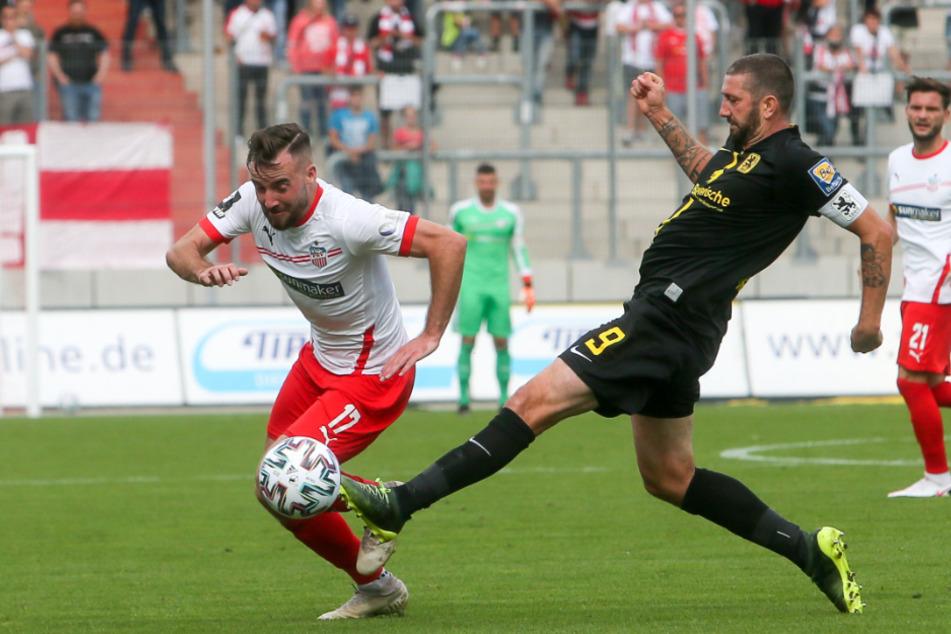 Sascha Mölders (rechts), Schütze des Münchner Führungstors ist die Fußspitze eher am Ball als Zwickaus Morris Schröter.