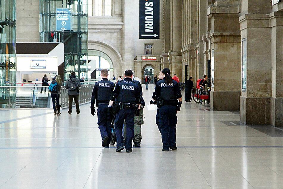 """Auf dem Leipziger Hauptbahnhof hat die Polizei viel zu tun. Am Dienstag wurde ein Libanese festgenommen, der Reisende mit Desinfektionsmittel besprühte und dabei """"Allahu Corona"""" schrie."""