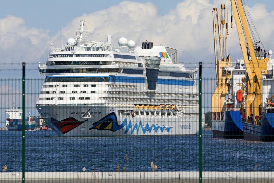 Die AIDAblu der Reederei Aida Cruises läuft nach einem mehrtägigen Ausflug wieder in den Seehafen ein, wo sie gemeinsam mit dem Schwesterschiff AIDAmar auf den bevorstehenden Start der Kreuzfahrtsaison vorbereitet wird.