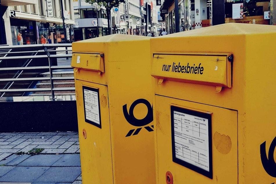 """Am Kölner Neumarkt trägt ein Briefkasten die aufgeklebte Aufschrift """"nur Liebesbriefe."""""""