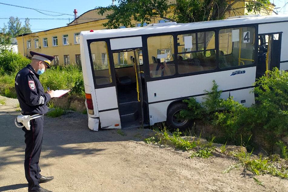 Der Fahrer verlor die Kontrolle über das Fahrzeug an einem Abhang. Danach raste der Bus in die Haltestelle.